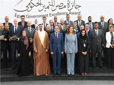رئيس الوزراء يكرم رئيسة الإدارة المركزية للإنتاج بوزارة الإنتاج الحربي