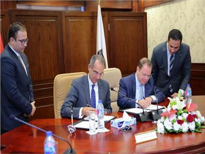 النائب العام و وزير الاتصالات أثناء توقيع البروتوكول