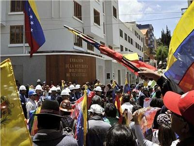 محتجون ملثمون يستولون على سفارة فنزويلا في بوليفيا