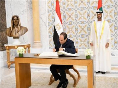 الرئيس السيسي يدون كلمة في سجل تشريفات قصر الوطن