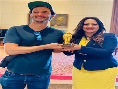 جيسون سيلفا مع الدكتورة ميناس إبراهيم