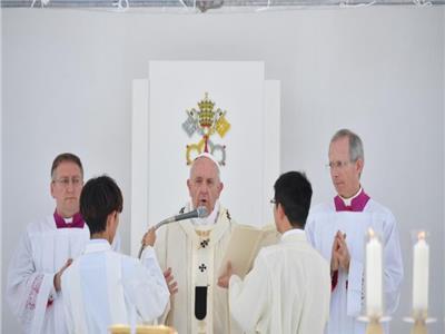 البابا فرنسيس يتراس القداس الالهى باستاذ البيسبول فى اليابان