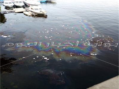 قمامة ومواد بترولية تلوث «مياه النيل» أسفل كوبري الجامعة