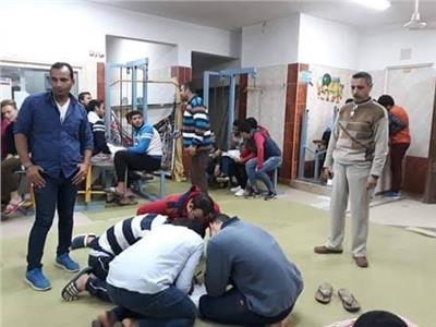 جامعة طنطا تجبر الطلاب المشاركين في احدي مسابقاتها علي افتراش الأرض