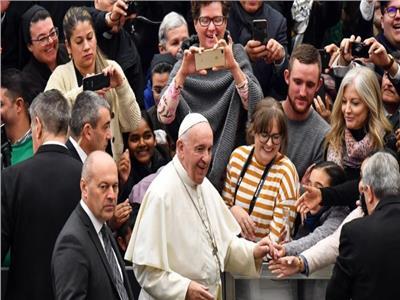 البابا فرنسيس خلال مقابلته في قاعة البابا بولس بالفاتيكان