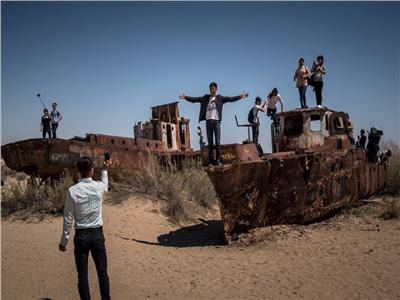 مقبرة السفن.. سيلفي يروي مأساة اختفاء مياه بحر الآرال