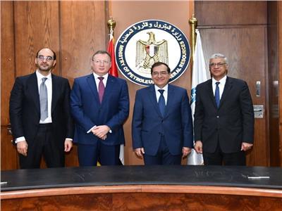 خلال توقيع وزير البترول 4 اتفاقيات بترولية جديدة