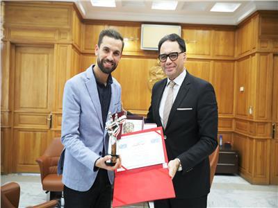 تونس تُكريم مهدي عياشي بعد فوزه بـ«ذا فويس»
