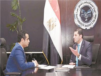 المستشار محمد عبد الوهاب مع محرر الأخبار