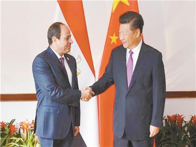 الرئيس السيسي يصافح نظيره الصيني في منتدى الصين إفريقيا