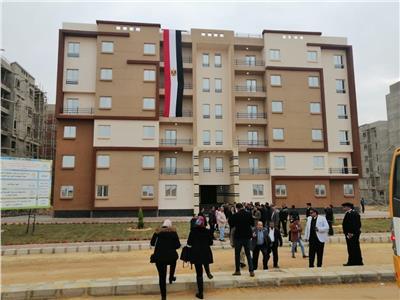 وزير الإسكان يضبط مخالفات في بدر ويعنف رئيس الجهاز
