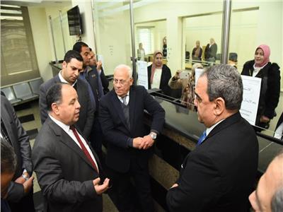 وزير المالية ومحافظ بورسعيد خلال الجولة