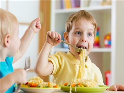 6 مخاطر للـ«الأندومي» تهدد حياة الصغار