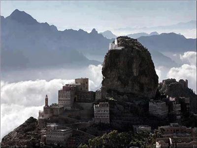 مشهد من الأعلى لأحد مرتفعات الحطيب التي تعانق السحاب
