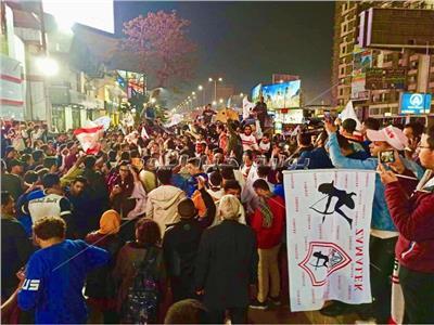 جماهير الزمالك تحتفل بكأس السوبر أمام النادي