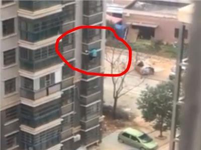 مُسنة تهبط من النافذة ثمانية طوابق هرباً من حبس ابنها لها خوفاً عليها من كورونا | فيديو