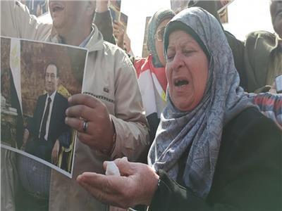 ليس فقط كبار رجال الدولة.. بل أيضا المواطنين بـ«بالدموع والحزن» يودعون «مبارك»