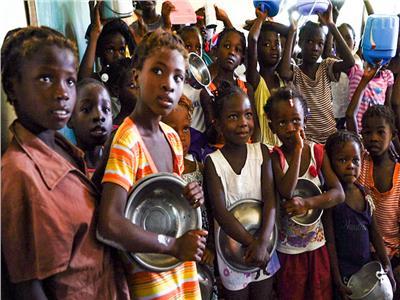 الفقر في هايتي دفع البشر إلى «سف التراب»