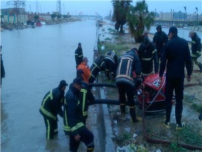 رجال الداخلية في مهمة فك حصار الشوارع من مياه الأمطار