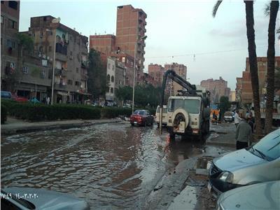 إحدى معدات حي المرج خلال عملية رفع مياه الأمطار بأحد الطرق الرئيسة في الحي