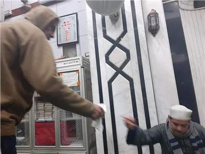 """لمنع انتشار كورونا .. مواطن يوزع قطع قماش علي المصلين """"للسجود"""""""