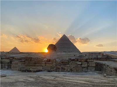 الشمس على الكتف الأيمن لتمثال أبو الهول