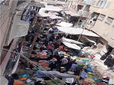استغلال تجار وزحام في سوق المقلة
