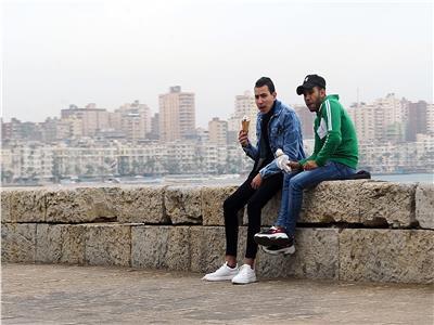 شباب فى كورنيش الاسكندرية