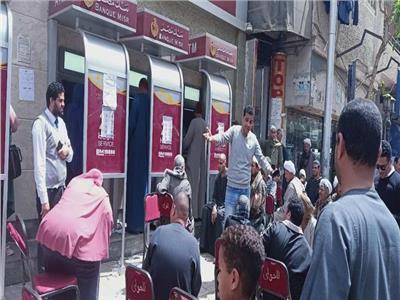 شباب نجع حمادي ينظمون استراحات أمام البنوك للحد من فيروس كورونا