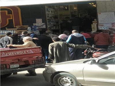 تكدس المواطنين في أحد محال السلع الغذائية