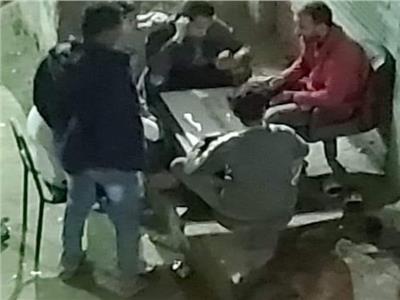مجموعة من الشباب في جلسة سمر يلعبون الطاولة ويشربون شيشة رغم حظر التجوال