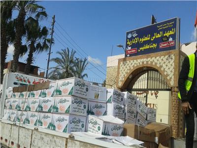توزيع 200 كرتونة مواد غذائية ومبالغ ماليه ولحوم على 100 أسرة بأبو المطامير