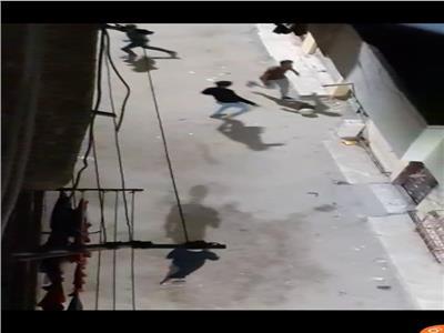 امسك مخالفة| شباب يخترقون حظر التجوال بكرة القدم في الهانوفيل
