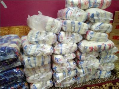 توزيع ١٠٠٠ شنطة مواد غذائية للأسر الأولى بالرعاية بمركز أبوتشت