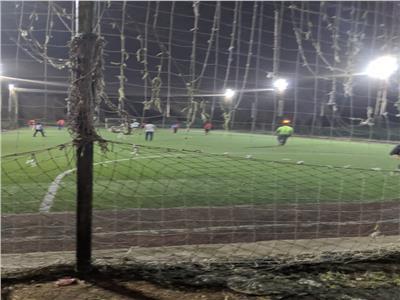 شباب يلعبون مباراة كرة قدم في النادي الملكي