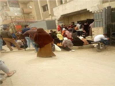 زحام وتكدس المواطنين في سنترال فاقوس