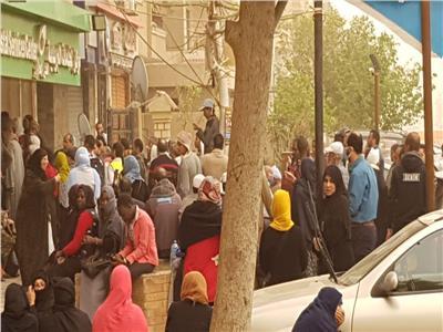 زحام المواطنين في مكتب بريد العاشر من رمضان