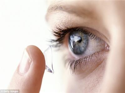 «تصيب بالعمى وكورونا».. طبيب عيون يحذر من هذه العدسات