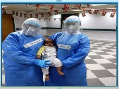 «الجيش الأبيض» يحتفل بسبوع طفل في مستشفى العزل