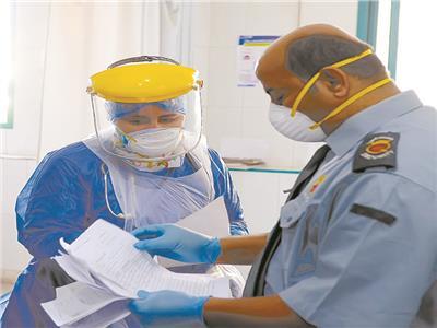 موظف وطبيبة يحددان أدوار المرضى .. تصوير جان نجاح