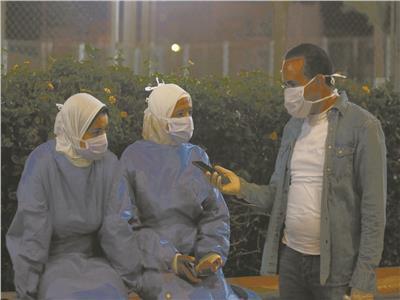 الممرضتان خلال حديثهما مع محرر الأخبار