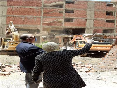 محافظ القاهرة يشرف على تنفيذ ازالات العقارات المخالفه
