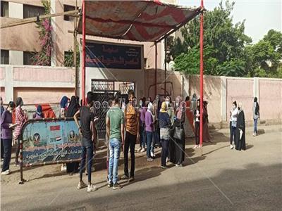 صورة من أمام إحدى المدارس