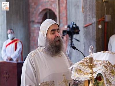 الأنبا يوانس يترأس قداس بكاتدرائية مارجرجس