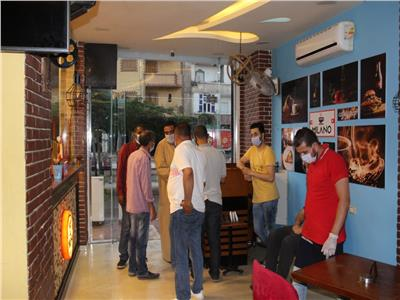 حملة ليلية لمتابعة التزام المحلات والكافتيريات