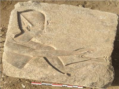 البلوكات الحجرية المنقوشة والتماثيل الأثرية