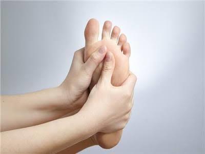 جراح أوعية دموية يوضح طرق علاج تورم القدمين لمريض السكري