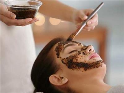 يخلصك من الروؤس السوداء ويمنع الشعر الأبيض.. فوائد مذهلة لـ«اسكراب القهوة»