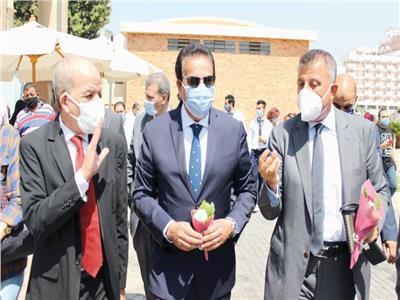 وزير التعليم العالى يتفقد مكتب التنسيق بجامعة عين شمس
