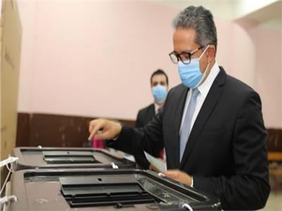 وزير السياحة والاثار يدلى بصوته في مدرسة المعادى